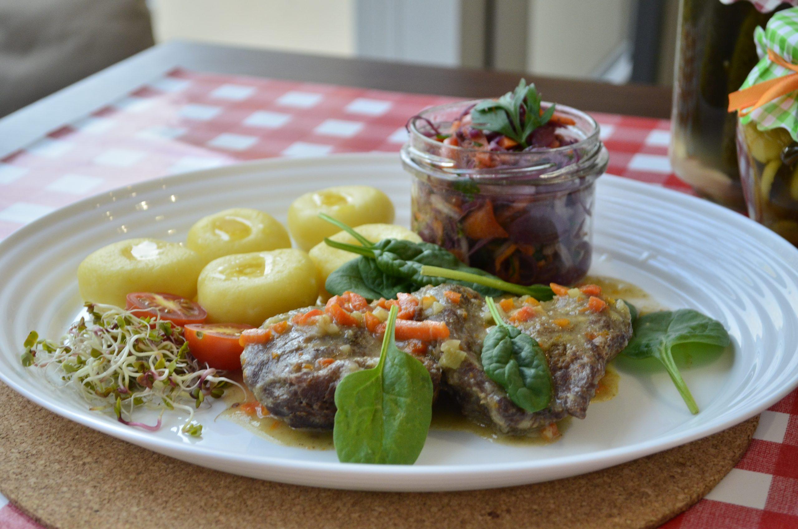 Bitki wołowe z kluskami i sałatkami - tanie i domowe obiady w Rzeszowie