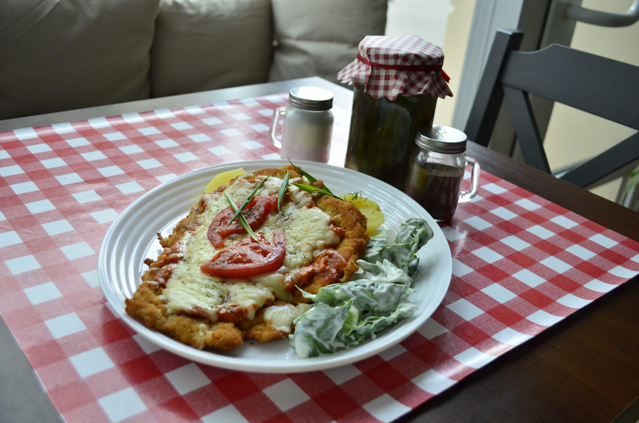 Kurczak kowala w panierce z żółtym serem, ziemniakami i mizerią - tanie i domowe obiady w Rzeszowie