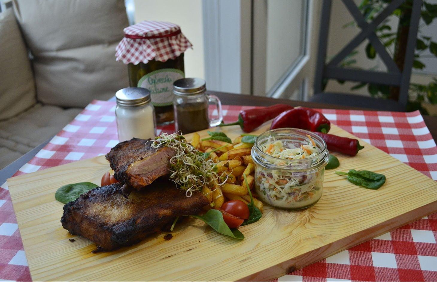 Zeberka z frytkami i sałatkami w restauracji z tanimi i domowymi obiadami w Rzeszowie